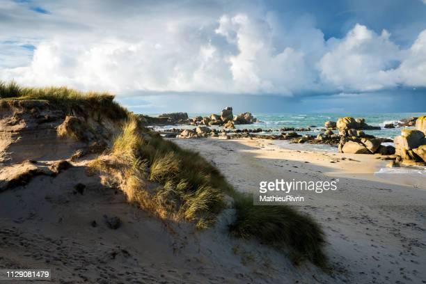 eaux turquoises de bretagne et plage du finistère nord - brest brittany stock pictures, royalty-free photos & images