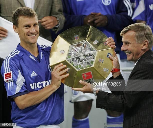 Ebbe Sand Stürmer Mannschaftskapitän FC Schalke 04 Dänemark präsentiert die Trophäe des LigaPokals nach dem 10Sieg im Finale über den VfB Stuttgart...