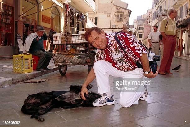 """Eberhard Hertel, Hund, """"Die große Kreuzfahrt der Volksmusik"""" """"-Rund um Italien-"""" von """"Transocean Tours"""", Korfu/Griechenlend, Landgang, Urlaub, Tier,..."""