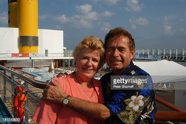 Eberhard Hertel und Ehefrau Elisabeth Pool Swimmingpool Deck Deckstuhl Liegestuhl Schiff Boot Kreuzfahrt Kreuzfahrtschiff MS Costa Victoria Urlaub...