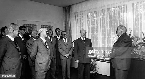 Ebert jr Friedrich*12091894Politiker DDROberbürgermeister Ostberlin 19486780 Geburtstag Der Generalsekretär desZK der SED Erich Honecker gratuliert...