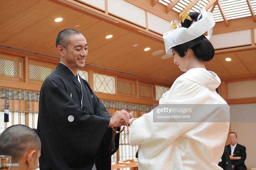 Ebizo Ichikawa And Mao Kobayashi Wedding In Tokyo, Japan On July 29, 2010. : ニュース写真