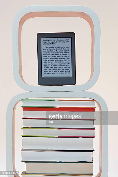 E-book reader auf einem Bücher Gestapelt