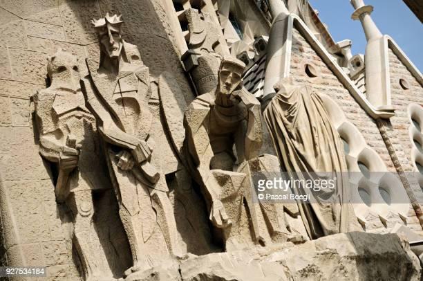 ecce homo, passion facade of sagrada familia, barcelona, catalonia, spain - familia stock pictures, royalty-free photos & images