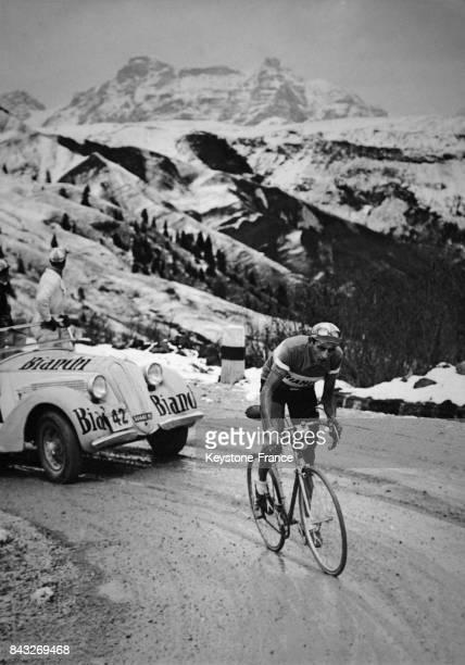 Echappée de Fausto Coppi sur le Col Pordoi en Italie