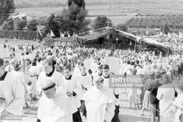 Ecône Valais Suisse juin 1988 Les catholiques intégristes de Mgr Marcel Lefebvre Mgr Lefebvre a consacré quatre évêques traditionalistes contre la...