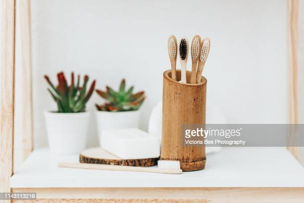 eco friendly bamboo tooth brushes - bamboo - fotografias e filmes do acervo