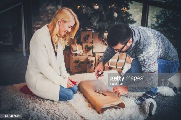 umweltfreundliche weihnachten - dezember stock-fotos und bilder