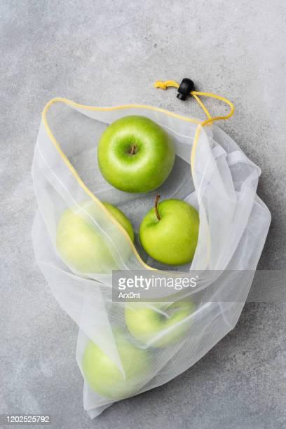 eco shopping bag with green apples - tessuto a rete foto e immagini stock