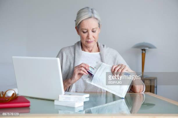 e-commerce medication - e mail stockfoto's en -beelden