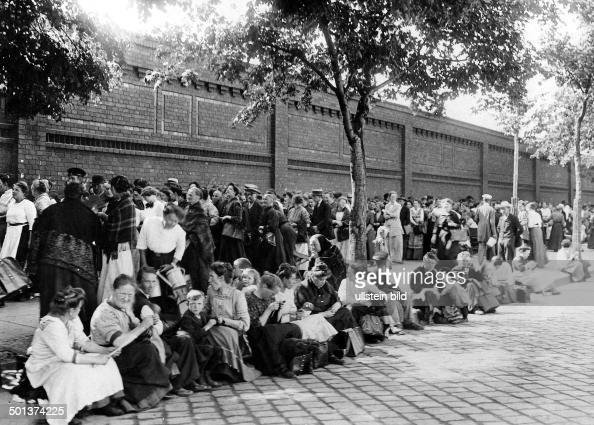 economic crisis in germany and lack of food in berlin people queue for cheap meat in front of. Black Bedroom Furniture Sets. Home Design Ideas