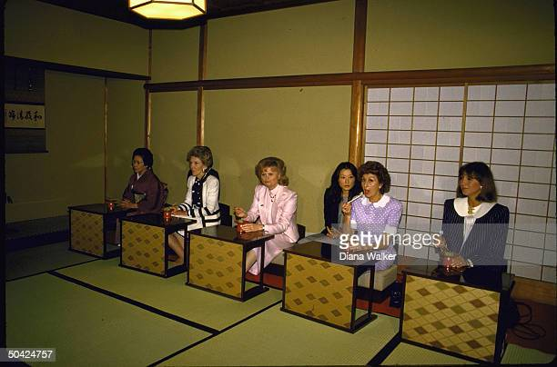Economic summit 1st Ladies Mila Mulroney Mrs Craxi Hannelore Kohl Nancy Reagan Tsutako Nakasone noshing at Urasenke Tea House
