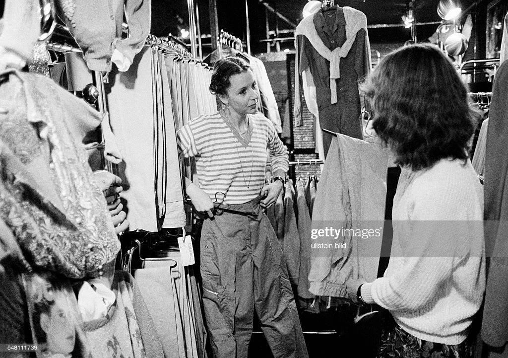 economy, retail trade, customer and salesgirl in a fashion boutique, aged 20 to 30 years - 31.01.1981 : News Photo