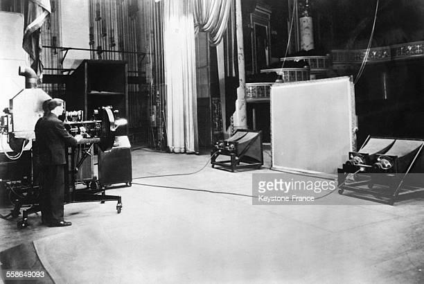 Ecran de télévision et appareils de projection sur la scène d'un théatre où le public a pu assister à une représentation visuelle et sonore d'une...