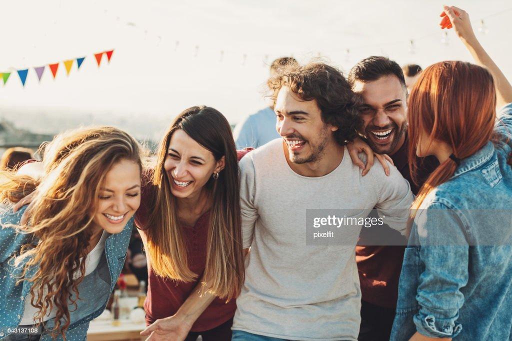 Grupo extasiado disfrutando de la fiesta : Foto de stock