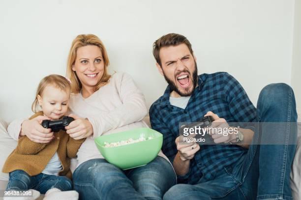 Ekstatische Mann spielen von Videospielen mit Familie