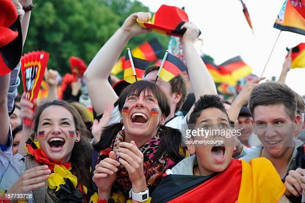 Euphorique les Fans de l'équipe d'Allemagne de football à marquer le premier but