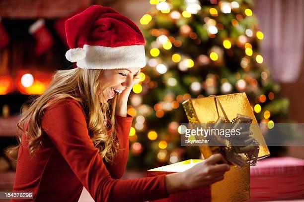 Euphorique femme ouverture Noël présente.