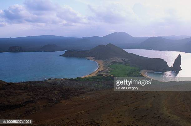 ecuador, galapagos, bartholome island showing pinnacle rock with dramatic sky and clouds - pinnacle rock formation stock-fotos und bilder