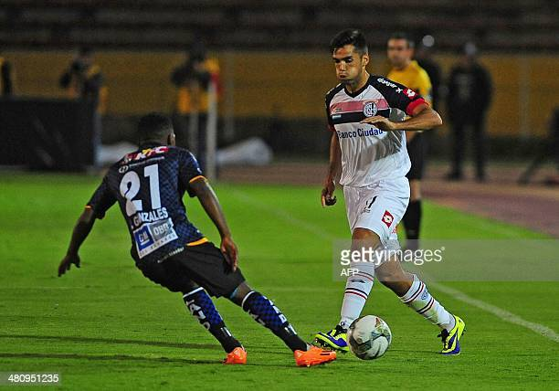 Ecuadorean Independiente del Valle's Jonathan Gonzalez vies for the ball with Argentinian San Lorenzo's Angel Correa during their Copa Libertadores...