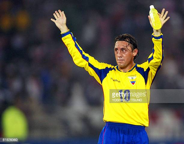 Ecuadorian midfielder Alex Aguinaga waves to the crowd during the Group G first round last match Ecuador/Croatia of the 2002 FIFA World Cup in Korea...