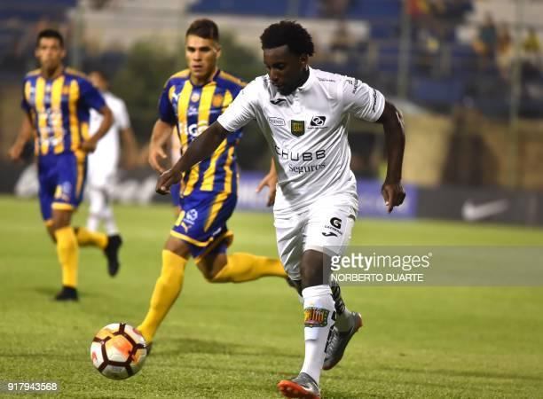 Ecuador's Deportivo Cuenca player Daniel Porozo Valencia vies for the ball with Aquilino Gimenez of Paraguay's Sportivo Luqueno of Paraguay during...