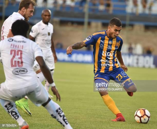 Ecuador's Deportivo Cuenca player Daniel Valencia vies for the ball with Omar Leguizamon of Paraguay's Sportivo Luqueno during their Copa...