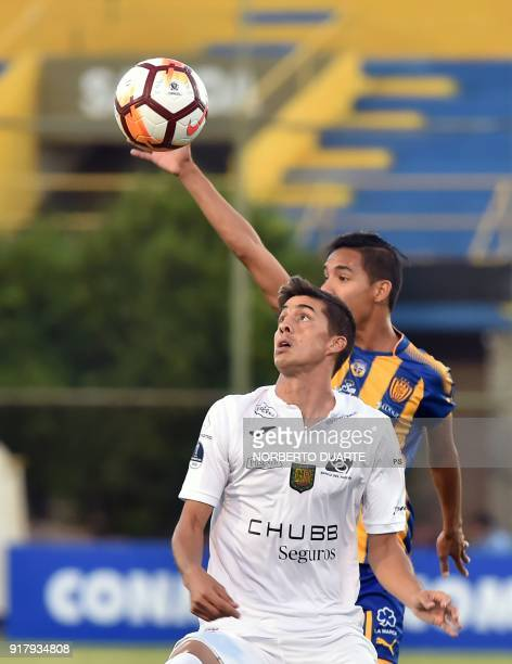 Ecuador's Deportivo Cuenca player Emiliano Bonfigli vies for the ball with Alexis Rojas of Paraguay's Sportivo Luqueno during their Copa Sudamericana...