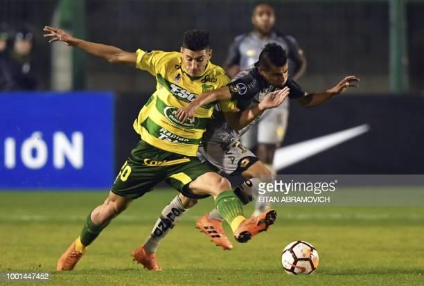 Ecuador's El Nacional midfielder Adolfo Alejandro Munoz vies for the ball with Argentina's Defensa y Justicia forward Gaston Togni during their Copa...