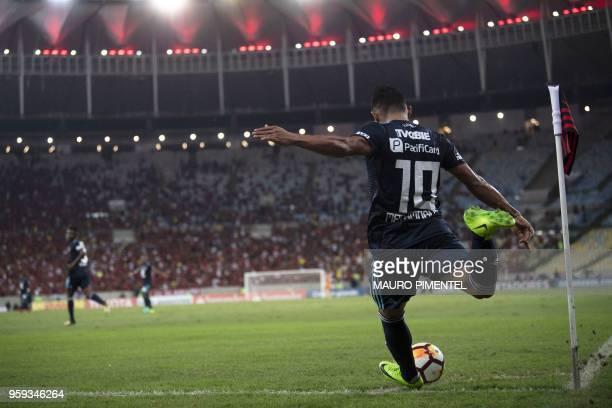 Ecuador's Emelec player Holger Matamoros kicks a corner during the Copa Libertadores 2018 football match between Brazil's Flamengo and Ecuador's...