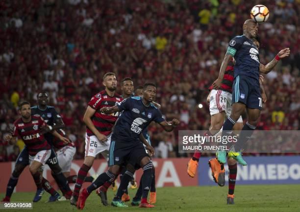 Ecuador's Emelec player Oscar Dalmiro Bagui vies for the ball with Brazil's Flamengo team player Lucas Paqueta during the Copa Libertadores 2018...