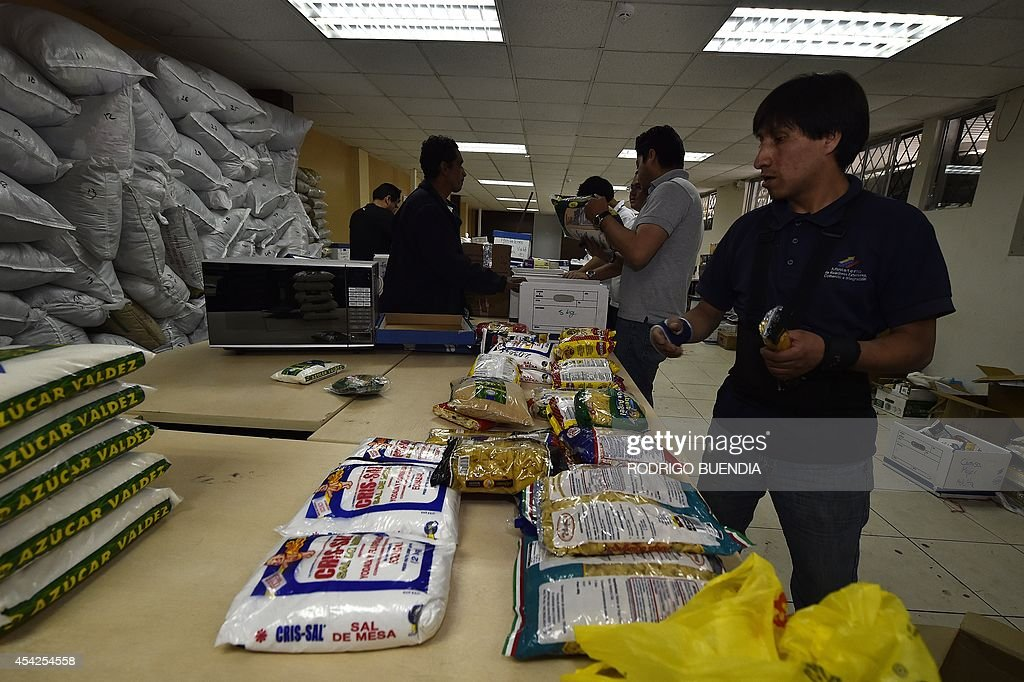 Ecuador's Ministry Foreign Affairs employees pack humanitarian supplies intended for Palestianian citizens of Gaza on August 27, 2014 in Quito. The Ecuadorean Government send 20 tons of humanitarian aid to Palestinian people.