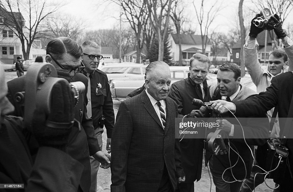 Ed Gein With Police And Reporters : Nachrichtenfoto