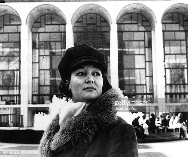 Edda Moser * OpernsaengerinSopranistin D Porträt vor der Metropolitan Opera in New York 1974