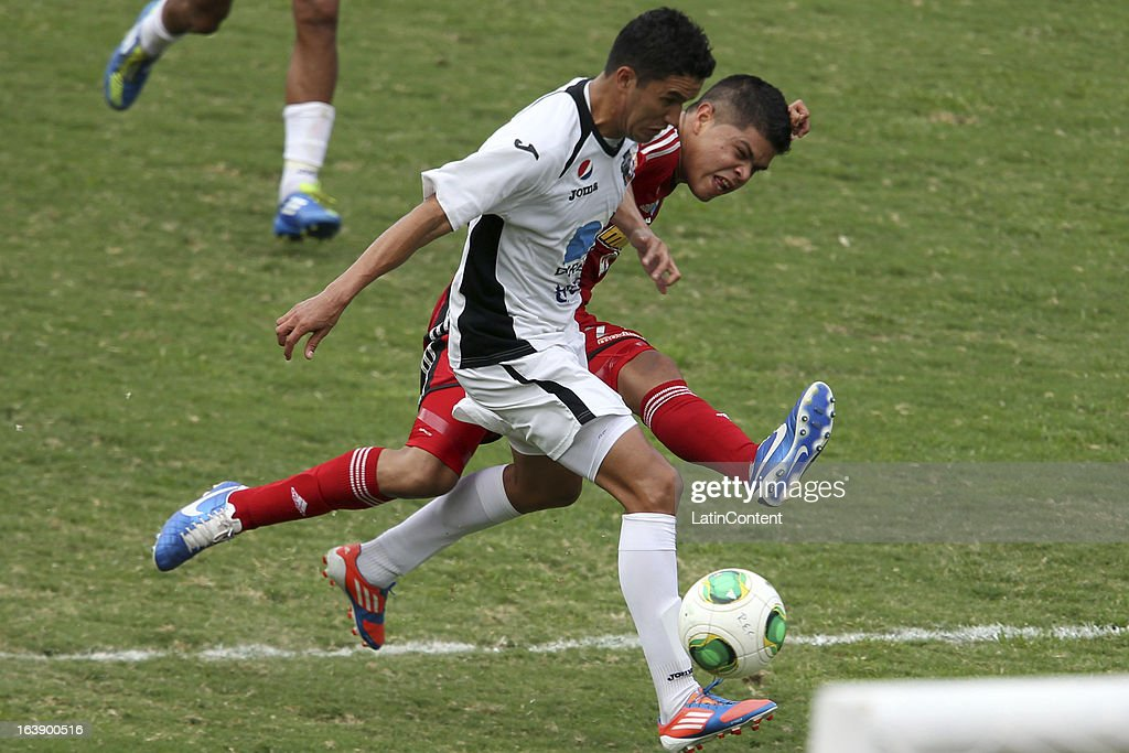 Edder Farias of Caracas FC fights for the ball during the match between Real Esppor Club and Caracas FC at Brigido Iriarte Stadium on March 17, 2013 in Caracas, Venezuela.