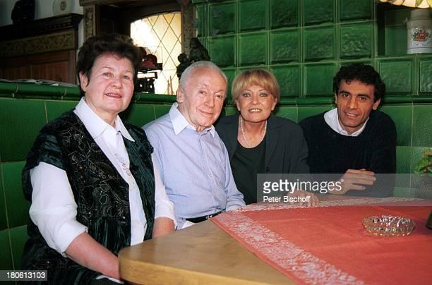 "Eddi Arent , Ehefrau Franziska Arent , Karin Baal , Ehemann Cevdet Celik , Hotel ""Neustädter Hof"", ""Edgar Wallace-Festival 2002"", Titisee-Neustadt,..."