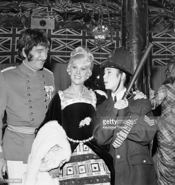 Eddie Barclay en amiral Nelson et deux de ses invités Martine Carol et MarieJosé Nat en policeman au pavillon d'Armenonville à Paris France le 4...