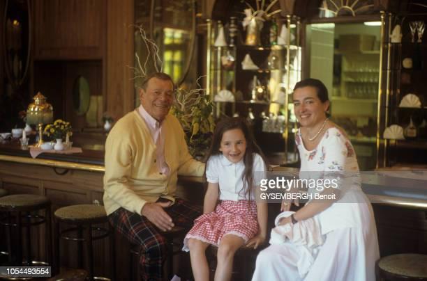 Eddie CONSTANTINE avec son épouse la productrice allemande Maya FABERJANSEN et leur fille Mia Bella Marie chez eux à Wiesbaden en Allemagne Juillet...
