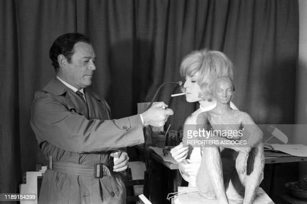 Eddie Constantine et Nicole Courcel lors du tournage du film 'Nick Carter et le trèfle rouge' réalisé par JeanPaul Savignac le 22 juin 1965 France