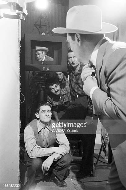 Eddie Constantine Put Hollywood Knock Out Le 20 octobre 1955 à Paris en France le comédien américain EDDIE CONSTANTINE se regardant dans l'objectif...
