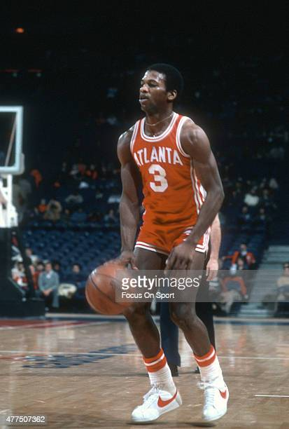 Eddie Johnson of the Atlanta Hawks dribbles the ball against the Washington Bullets during an NBA basketball game circa 1977 at the Capital Centre in...