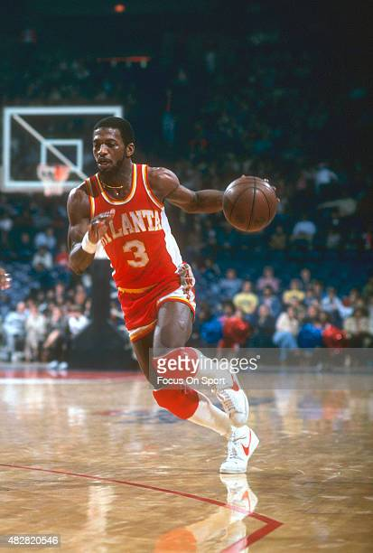 Eddie Johnson of the Atlanta Hawks dribbles the ball against the Washington Bullets during an NBA basketball game circa 1979 at the Capital Centre in...