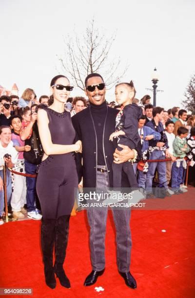Eddie Murphy avec sa compagne Nicole Mitchell et leur fils lors de l'ouverture du parc Eurodisney à marne-la-Vallée le 11 avril 1992, France.