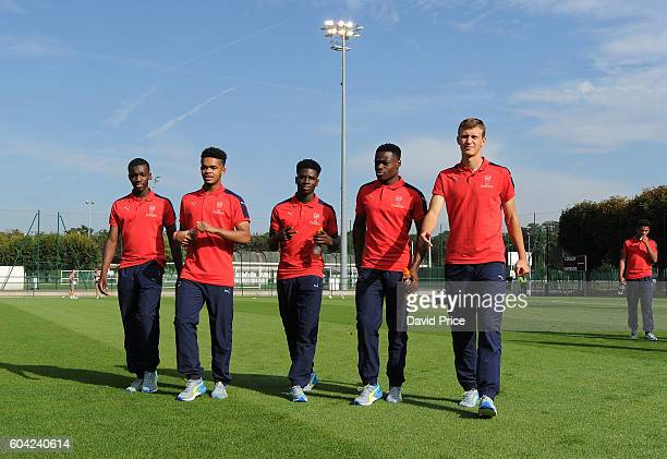 Eddie Nketiah Trae Coyle Jordi OseiTutu Marc Bola and Krystian Bielik of Arsenal check out the pitch before the UEFA Champions League match between...