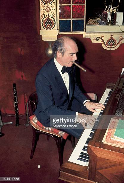 Eddy BARCLAY playing the piano during the Russian New Year in a famous Parisian cabaret RASPUTIN Nearly 500 glasses were sacrified for the tradition...