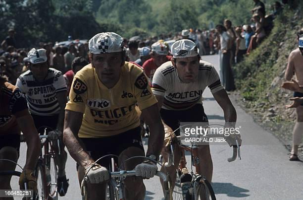 Tour De France 1975 FranceLe tour de France cycliste juin 1975 Eddy MERCKX casquette blanche derrière Bernard THEVENET maillot jaune en course dans...