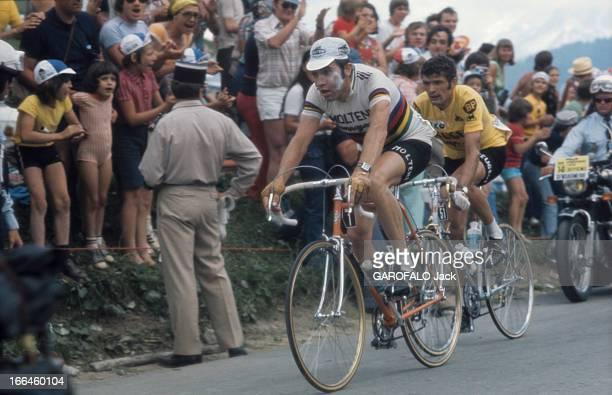 Tour De France 1975 FranceLe tour de France cycliste juin 1975 Eddy MERCKX casquette blanche la joue blessée en tête devant Bernard THEVENET maillot...