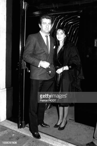 Eddy Mitchell et sa femme Muriel à la sortie de la boîte de nuit L'Apoplexie à Paris le 5 avril 1983, France.