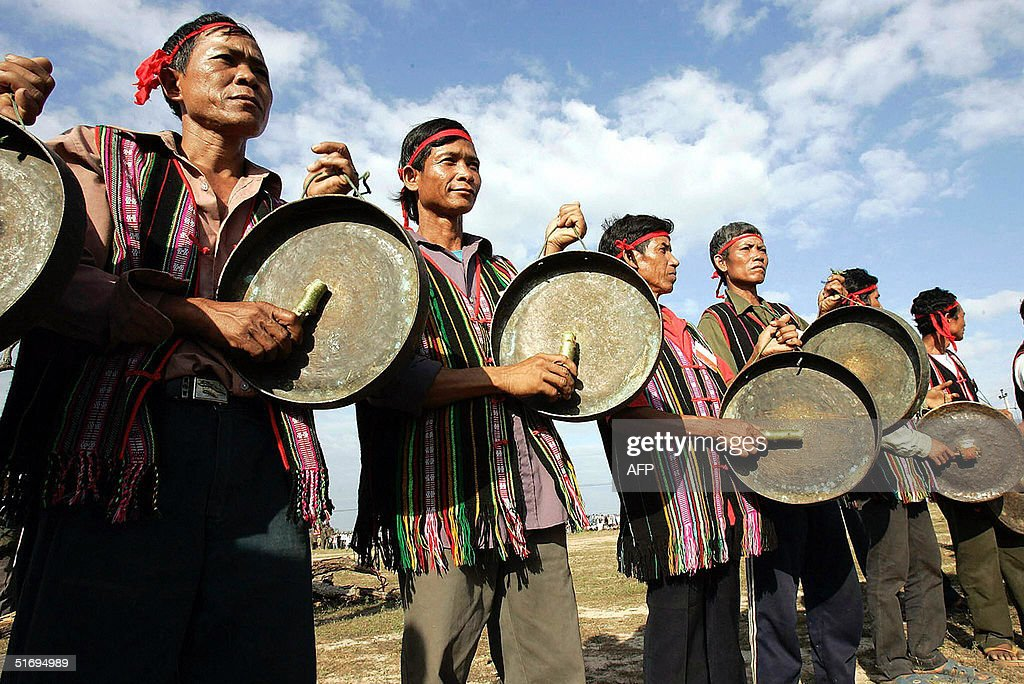 Ede hilltribe ethnic men bang gongs prio : News Photo