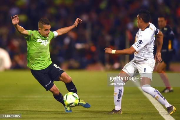 Eder Borelli of Juarez fights for the ball with Pablo Barrera of Pumas during the semifinal match between Juarez and Pumas UNAM at Estadio Olimpico...